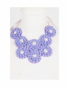 Lila-paarse ketting van koord-bloemen met pareltjes