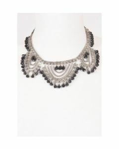 Metalen halsketting met zwarte facetkralen