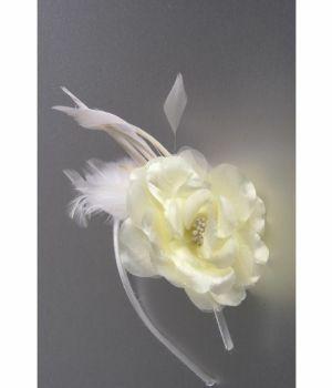 Ivoorkleurige bloem fascinator met veertjes