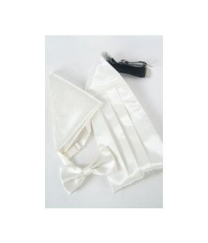 set van ivoorkleurig satijn met cumberband, vlinderstrik en pochet